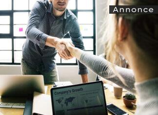Forretningsfolk giver hånd.