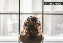 en person lytter til en lydbog